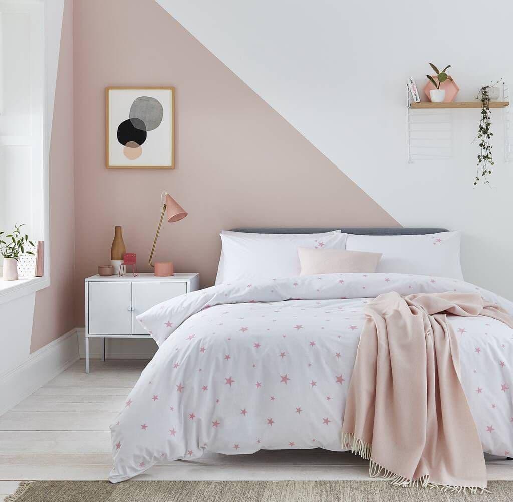 Disposer peinture triangle chambre rose